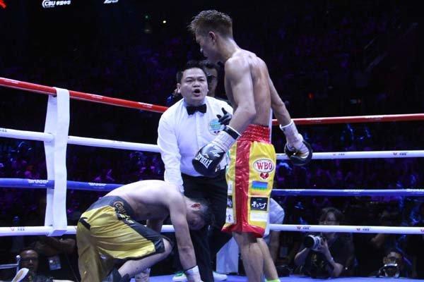 ซู ชิหมิง แชมป์หลุด โดนไปเต็มๆ หมัด ทรุดลงกับพื้น